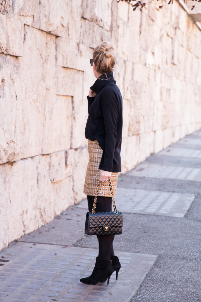 new years outfit with sparkly skirt, how to wear sparkly mini skirt, oversized sweater with mini skirt outfit, Chanel medium classic flap bag black lambskin gold hardware