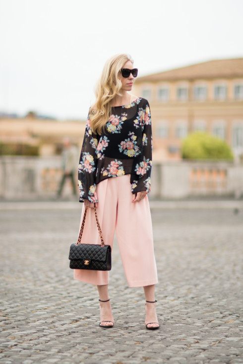 floral print bell sleeve top, peach pink culotte pants, how to wear culottes with loose top, pink culottes outfit