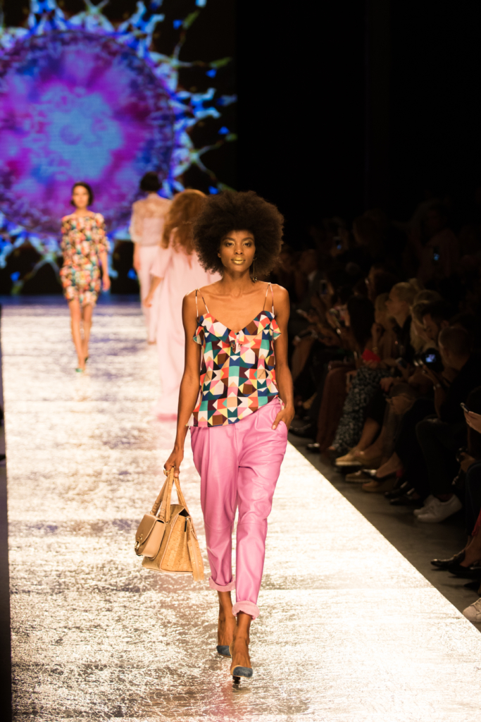 aigner-runway-show-ss17-collection-pink-leather-cropped-pants-with-kaleidoscope-print-top
