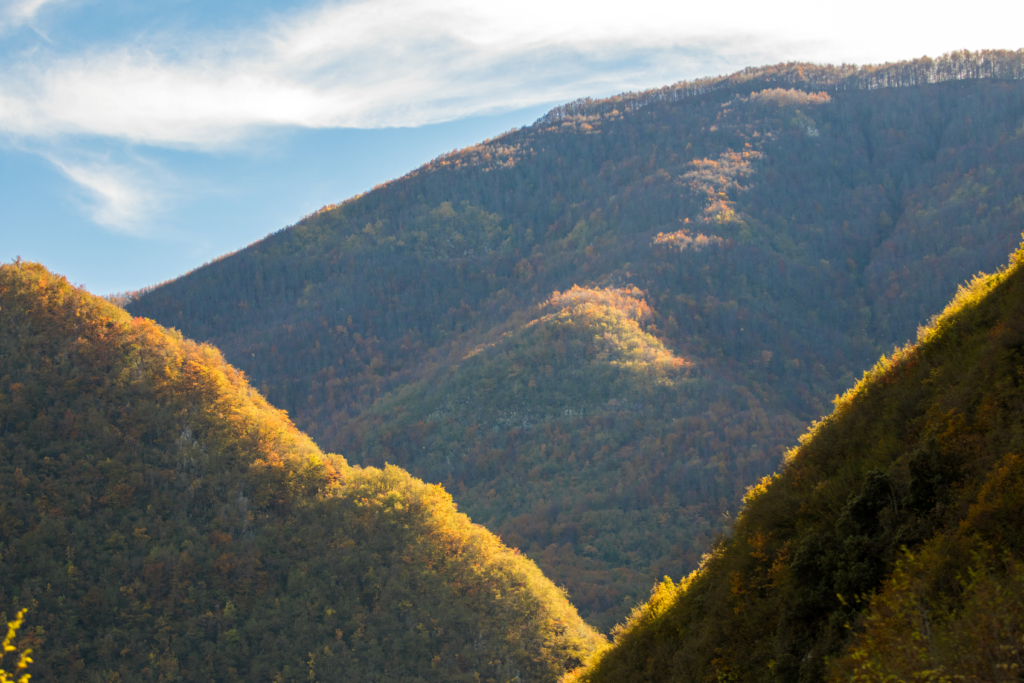 fall-color-in-mountains-of-abruzzo-italy-travel-blogger