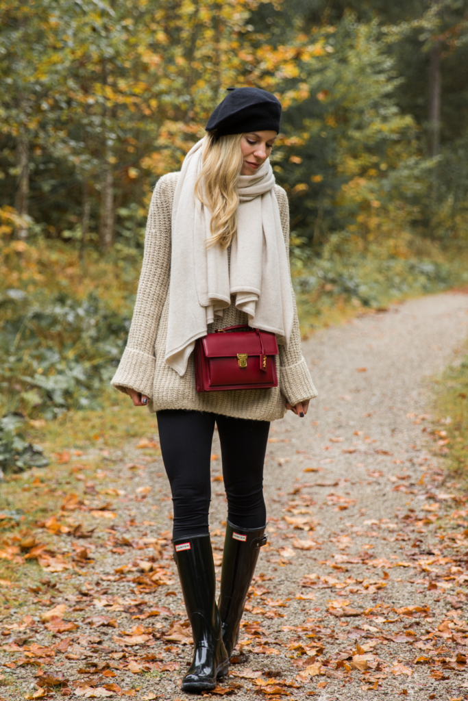 how-to-dress-for-rainy-fall-weather-oversized-sweater-with-chunky-scarf-leggings-and-black-hunter-boots-chic-outfit-with-rain-boots