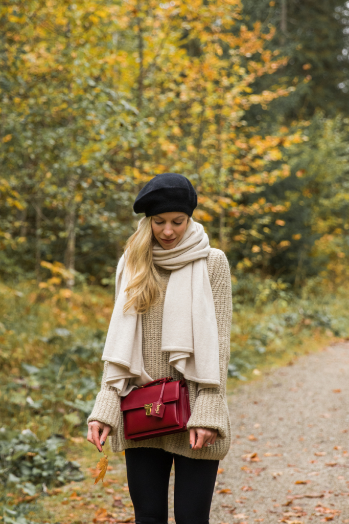 oversized-sweater-with-beige-cashmere-scarf-how-to-wear-a-beret-chunky-sweater-scarf-and-hunter-boots-outfit