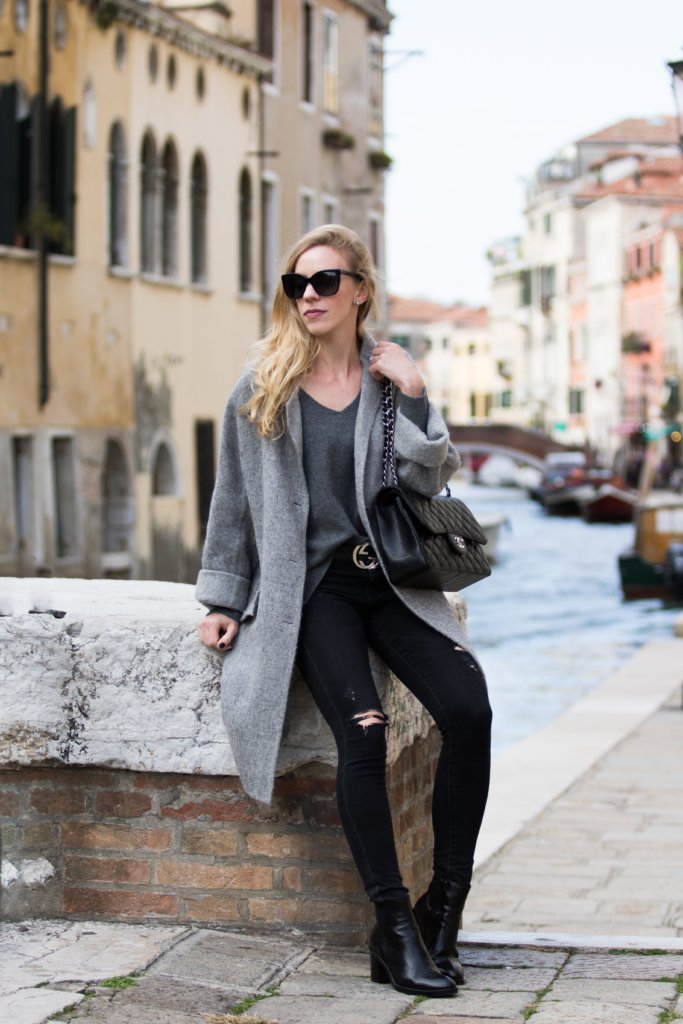 gray-and-black-outfit-gray-oversized-coat-with-black-distressed-jeans-how-to-wear-an-oversized-boyfriend-coat-fashion-blogger-venice-italy
